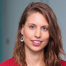 Sophie Neubauer stellt Intranet von DER Touristik vor.